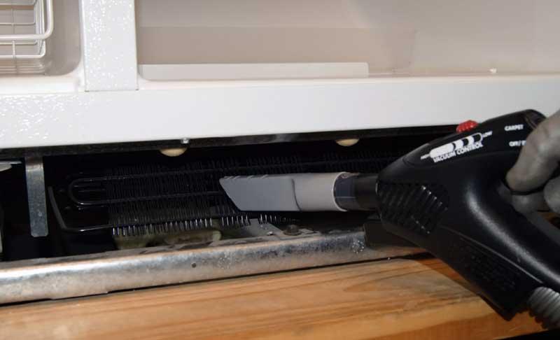 冷蔵庫下の掃除